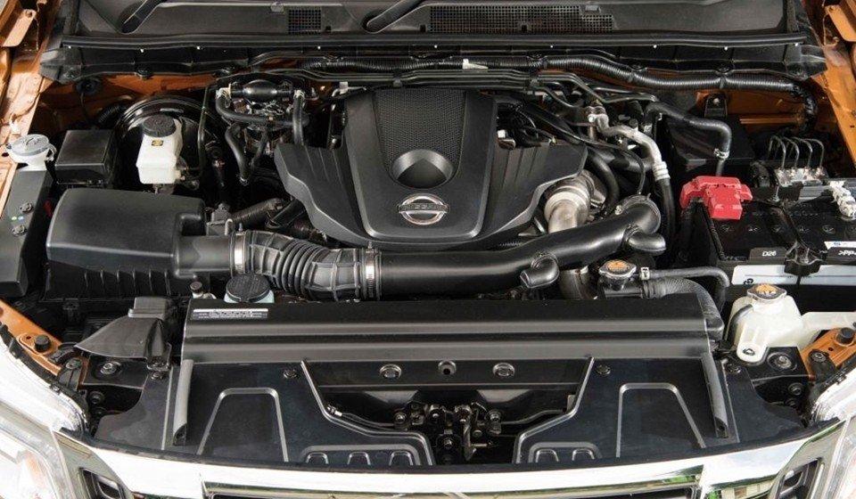 So sánh Mitsubishi Triton 4x4 AT 2015 và Nissan NP300 Navara VL 2015 về động cơ.