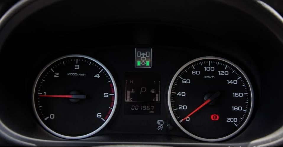 So sánh xe Mitsubishi Triton 4x4 AT 2015 và Nissan NP300 Navara VL 2015 về thiết kế đồng hồ lái.