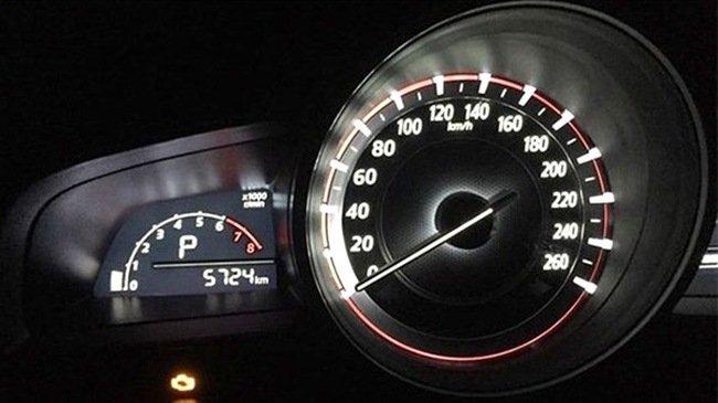 Đèn báo kiểm tra động cơ sáng trên xe Mazda 3, động cơ 1,5L.