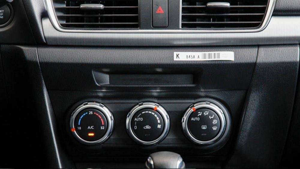 So sánh nhanh Mazda 3 sedan 2015 và Kia K3 2013 về trang bị tiện nghi.