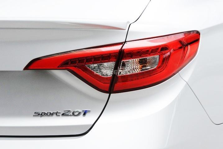 Đánh giá xe Hyundai Sonata 2016 có đèn hậu LED hình mỏ vẹt truyền thống.