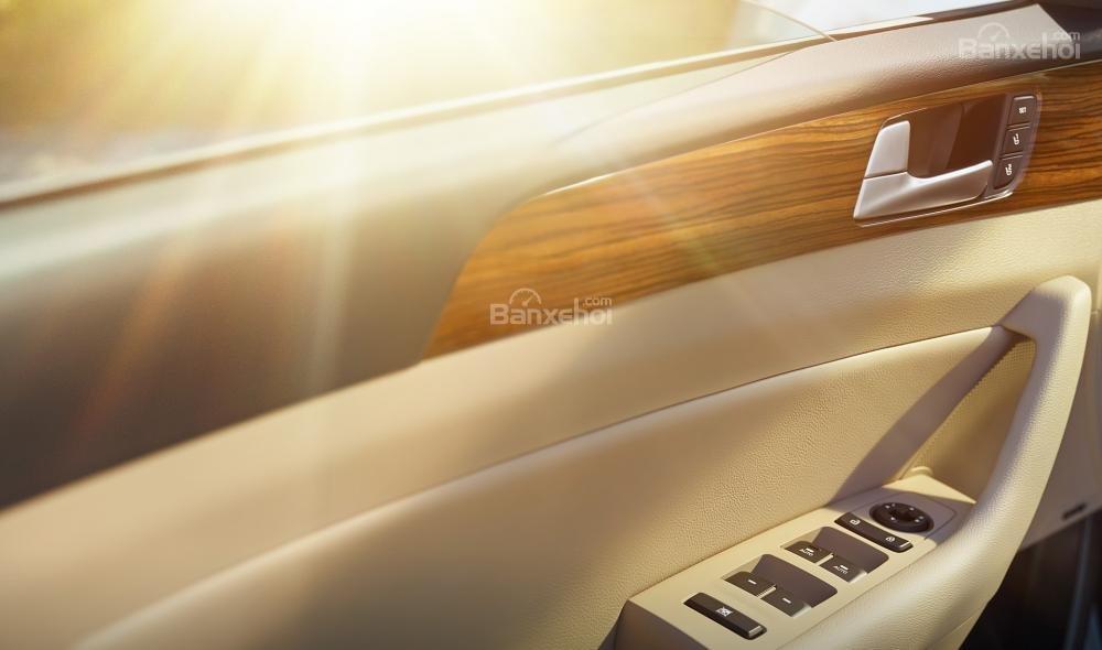 Đánh giá xe Hyundai Sonata 2016 có cửa xe với những phím bấm điều khiển tiện nghi.