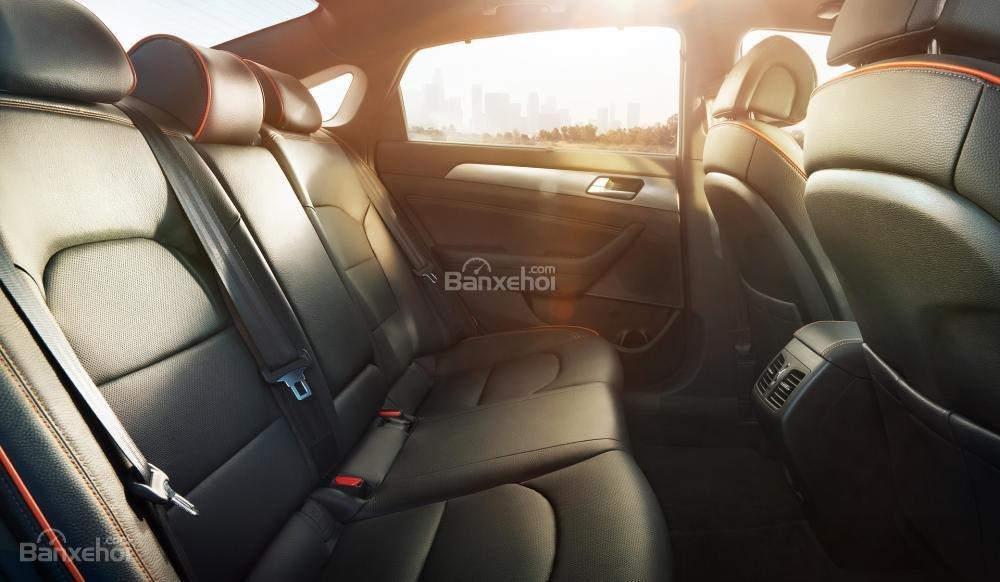 Đánh giá xe Hyundai Sonata 2016 có hàng ghế sau rộng rãi thoải mái cho 3 người.