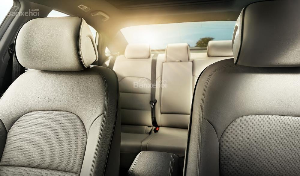 Đánh giá xe Hyundai Sonata 2016 có các hàng ghế bọc da cao cấp.