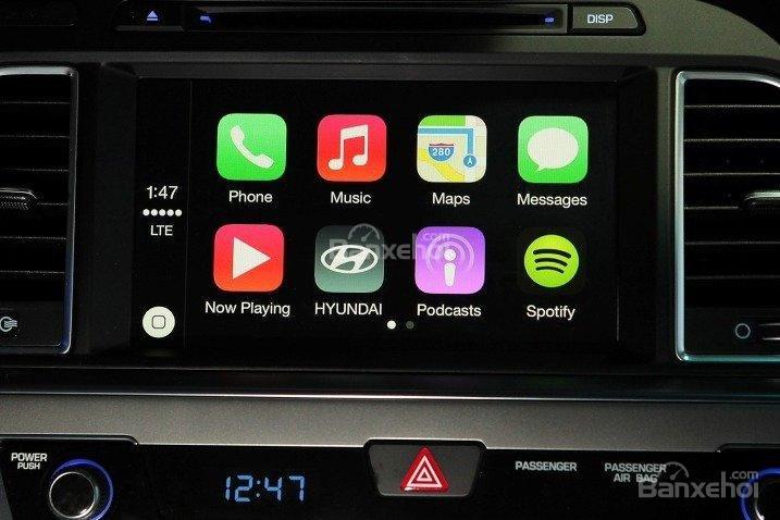 Đánh giá xe Hyundai Sonata 2016 có thể dễ dàng kết nối với điện thoại thông minh.