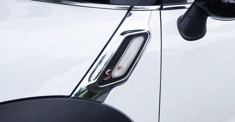 Đánh giá xe MINI Cooper S Countryman 2015 có đèn báo rẽ trên thân xe.