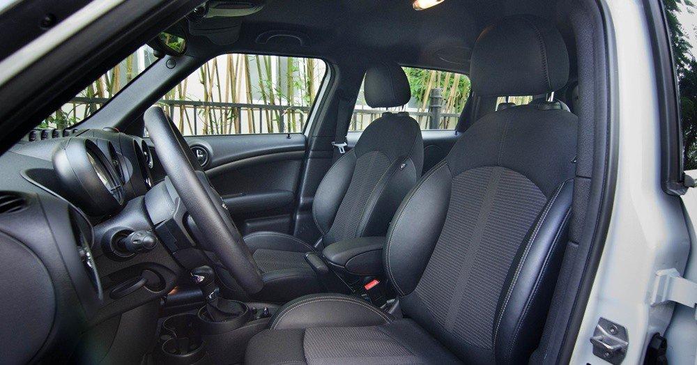 Đánh giá xe MINI Cooper S Countryman 2015 có hàng ghế trước ôm sát người ngồi.