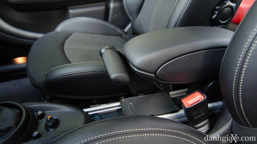 Đánh giá xe MINI Cooper S Countryman 2015 có phanh tay bản rộng hiện đại.