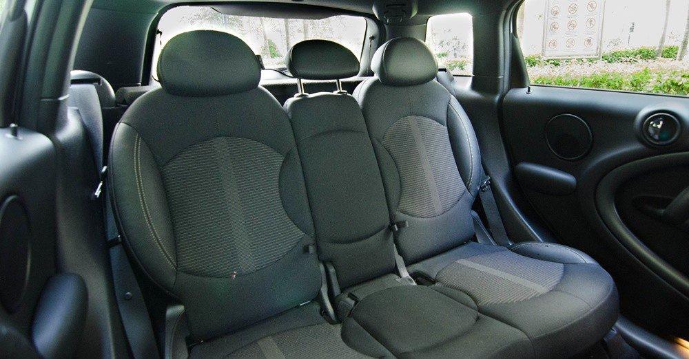 Đánh giá xe MINI Cooper S Countryman 2015 có hàng ghế sau rất thoáng đãng.
