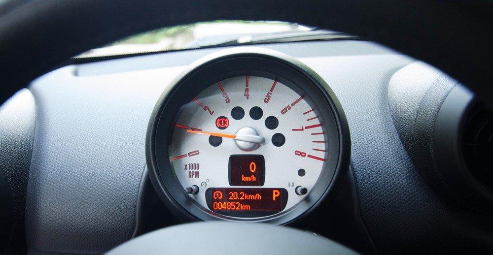 Đánh giá xe MINI Cooper S Countryman 2015 có đồng hồ hiển thị đơn giản.