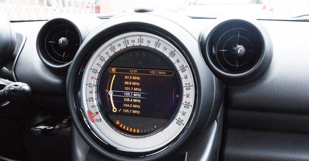 Đánh giá xe MINI Cooper S Countryman 2015 có tính năng giải trí cơ bản.