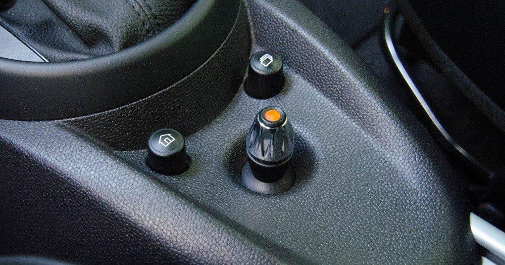 Đánh giá xe MINI Cooper S Countryman 2015 có nút điều hướng màn hình đa năng.