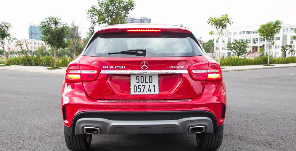 Đánh giá xe Mercedes-Benz GLA250 4Matic 2015 có đuôi xe mạnh mẽ.