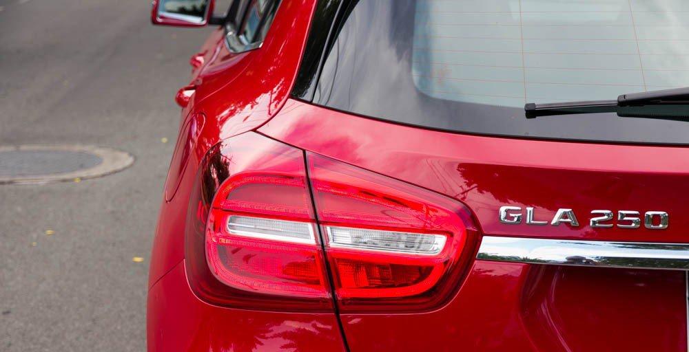 Đánh giá xe Mercedes-Benz GLA250 4Matic 2015 có cụm đèn hậu LED 2 khoang.