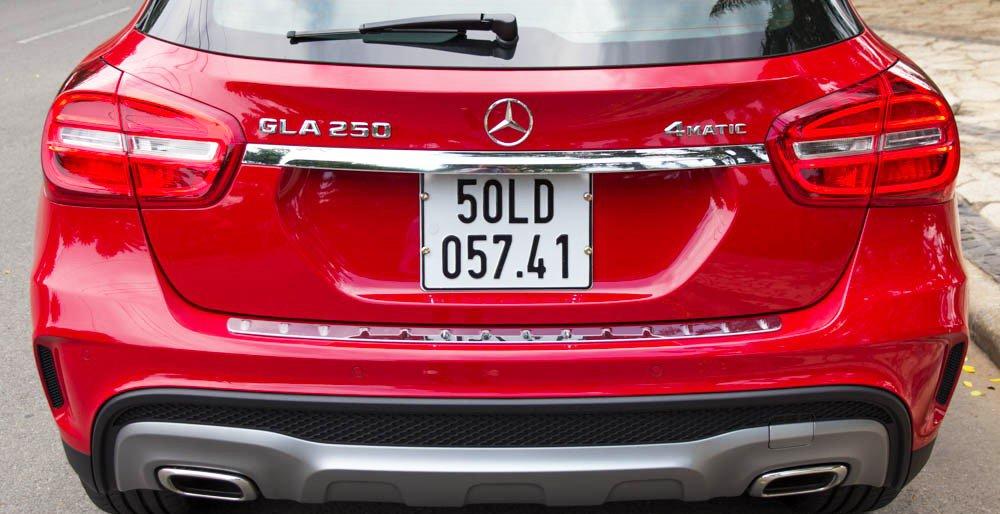 Đánh giá xe Mercedes-Benz GLA250 4Matic 2015 có cụm ống xả cỡ lớn.