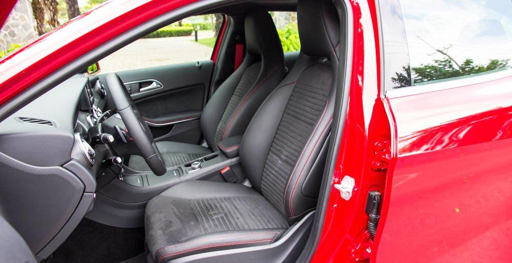 Đánh giá xe Mercedes-Benz GLA250 4Matic 2015 có hàng ghế phía trước chỉnh điện đa hướng.
