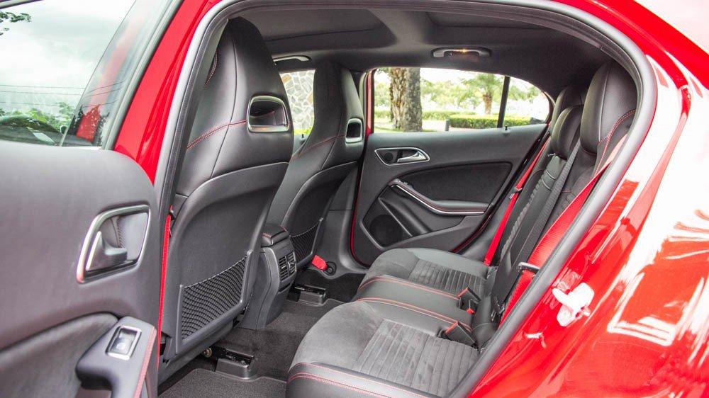 Đánh giá xe Mercedes-Benz GLA250 4Matic 2015 có hàng ghế phía sau rộng rãi với 3 tựa đầu êm ái.