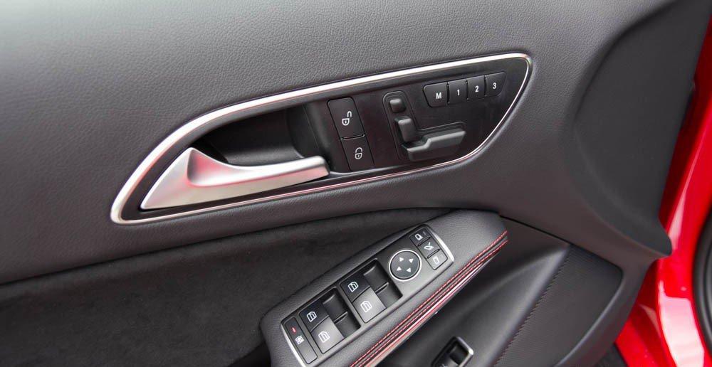 Đánh giá xe Mercedes-Benz GLA250 4Matic 2015 phần cửa xe nhiều phím chỉnh điện đa năng.