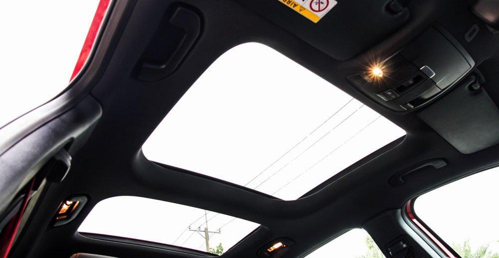 Đánh giá xe Mercedes-Benz GLA250 4Matic 2015 có cửa sổ trời trước và sau.