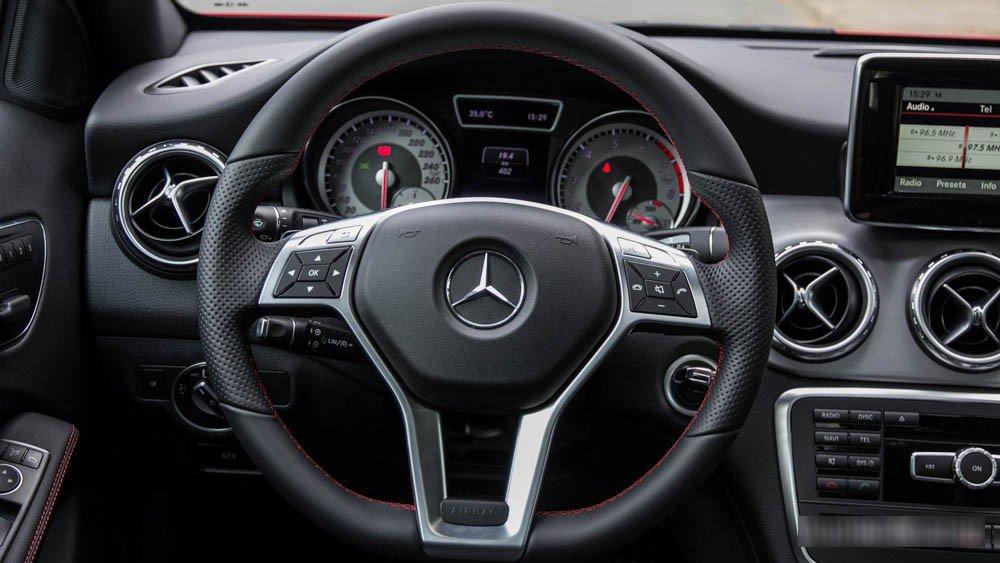 Đánh giá xe Mercedes-Benz GLA250 4Matic 2015 có vô lăng 3 chấu thể thao.