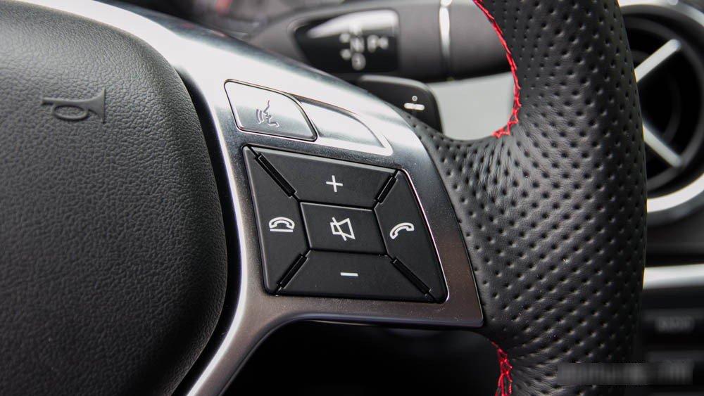 Đánh giá xe Mercedes-Benz GLA250 4Matic 2015 có các nút điều khiển tiện ích.