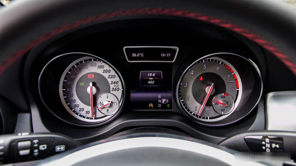Đánh giá xe Mercedes-Benz GLA250 4Matic 2015 có màn hình trung tâm thân thiện.