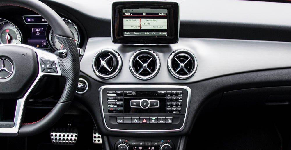 Đánh giá xe Mercedes-Benz GLA250 4Matic 2015 có màn hình TFT, đầu đĩa CD.