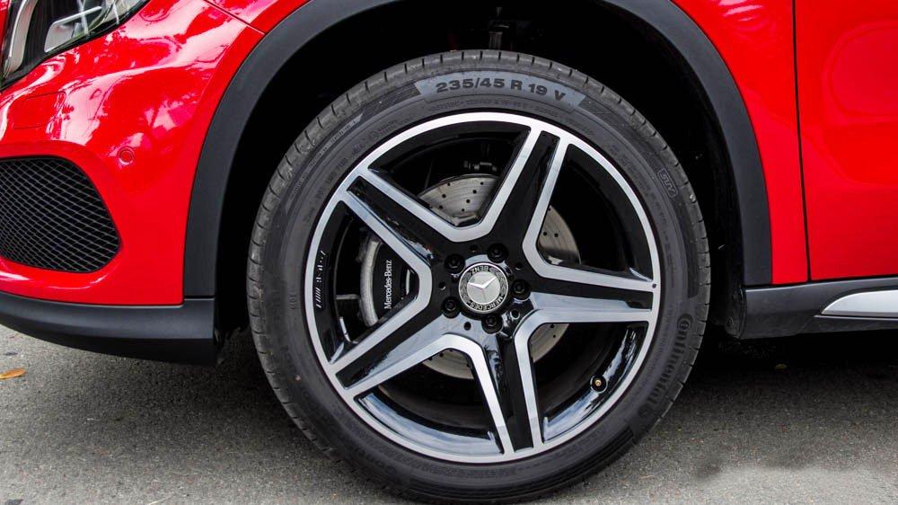 Đánh giá xe Mercedes-Benz GLA250 4Matic 2015 có la zăng 19 inch 5 chấu.
