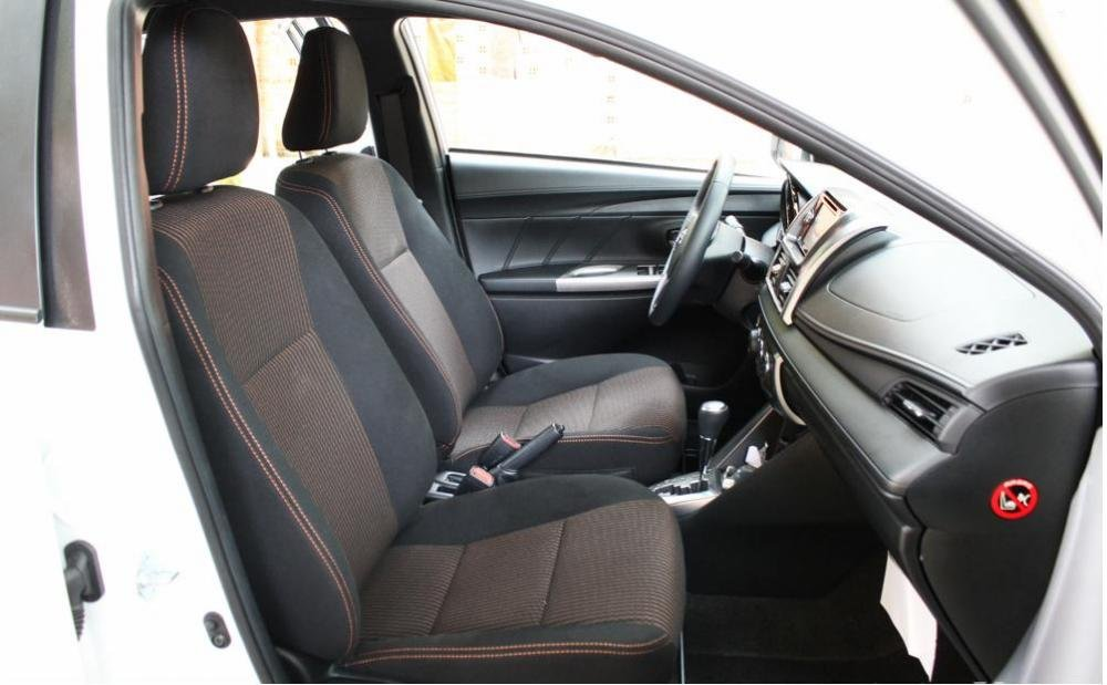 So sánh Toyota Yaris 1.3G và Mazda 2 hatchback về thiết kế ghế ngồi.