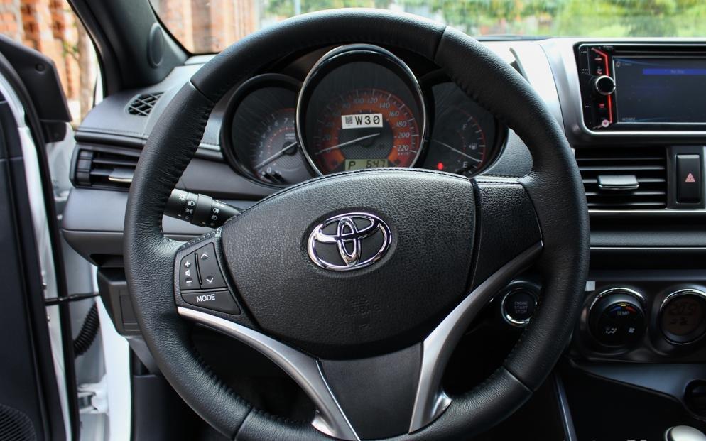 So sánh xe Toyota Yaris 1.3G và Mazda 2 hatchback về thiết kế vô lăng.