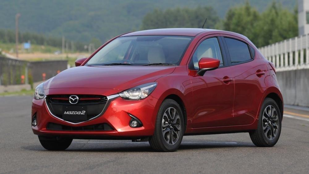 So sánh xe Toyota Yaris 1.3G và Mazda 2 hatchback tại Việt Nam.