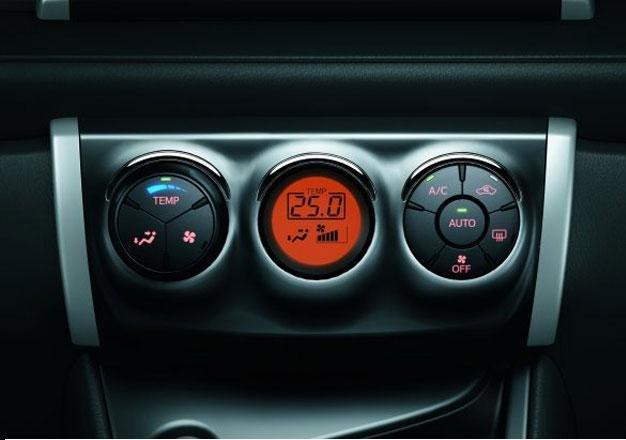 So sánh Toyota Yaris 1.3G và Mazda 2 hatchback về trang bị tiện nghi.