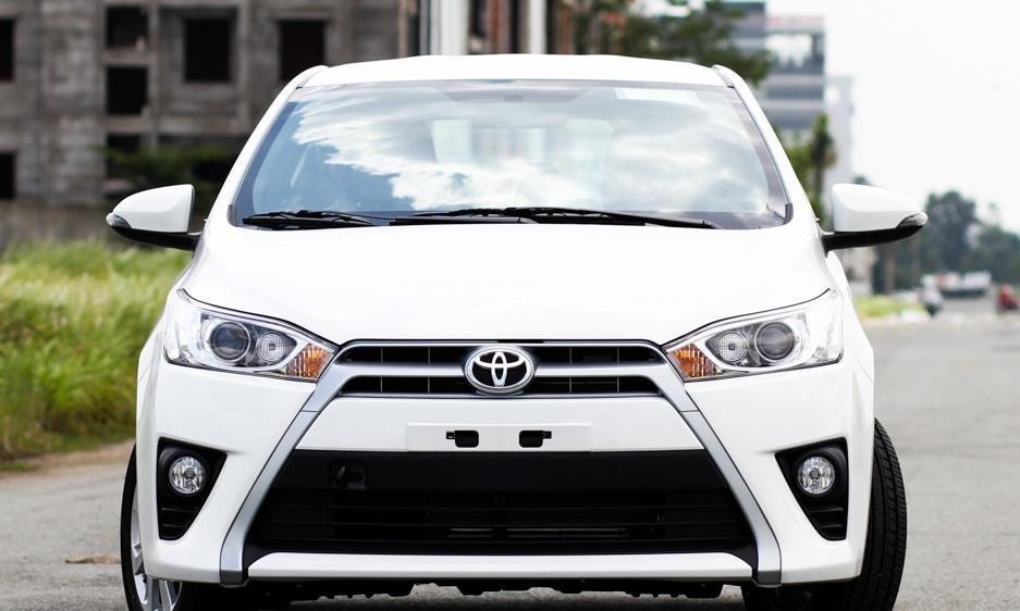 So sánh xe Toyota Yaris 1.3 G và Mazda 2 hatchback về thiết kế đầu xe.