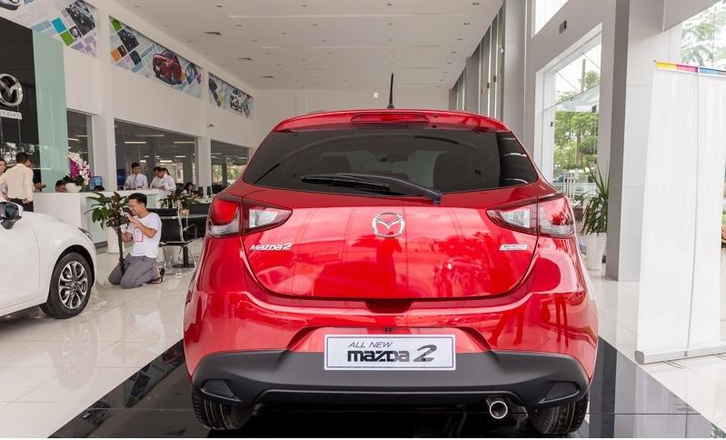 So sánh xe Toyota Yaris 1.3G và Mazda 2 hatchback về thiết kế đuôi xe.