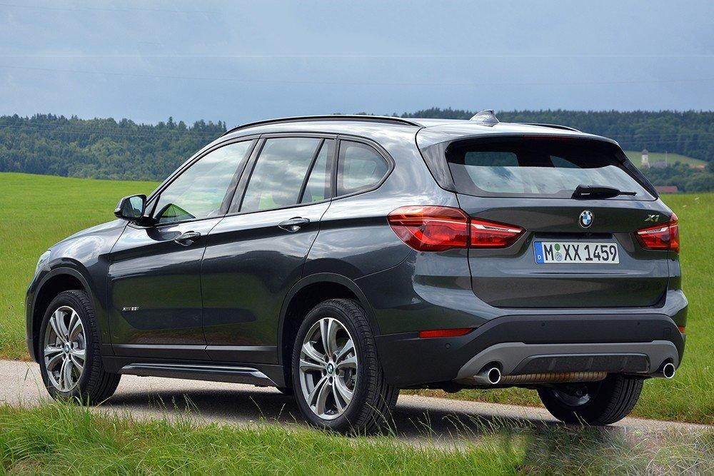 Đánh giá xe BMW X1 2016 có cụm đèn hậu hiện đại nhìn từ hông xe.
