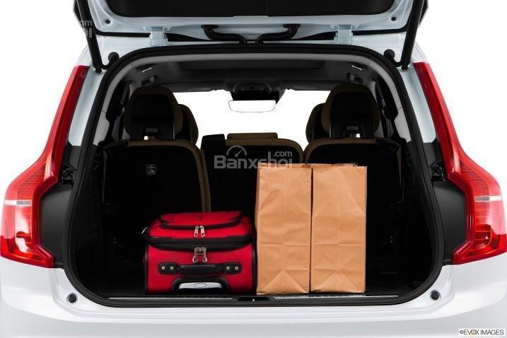 Đánh giá xe Volvo XC90 2016: Khoang hành lý của xe khá rộng.