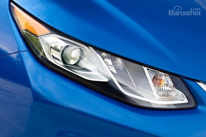 Đánh giá xe Chevrolet Volt 2017: Đèn pha vuốt ngược ra phía sau.
