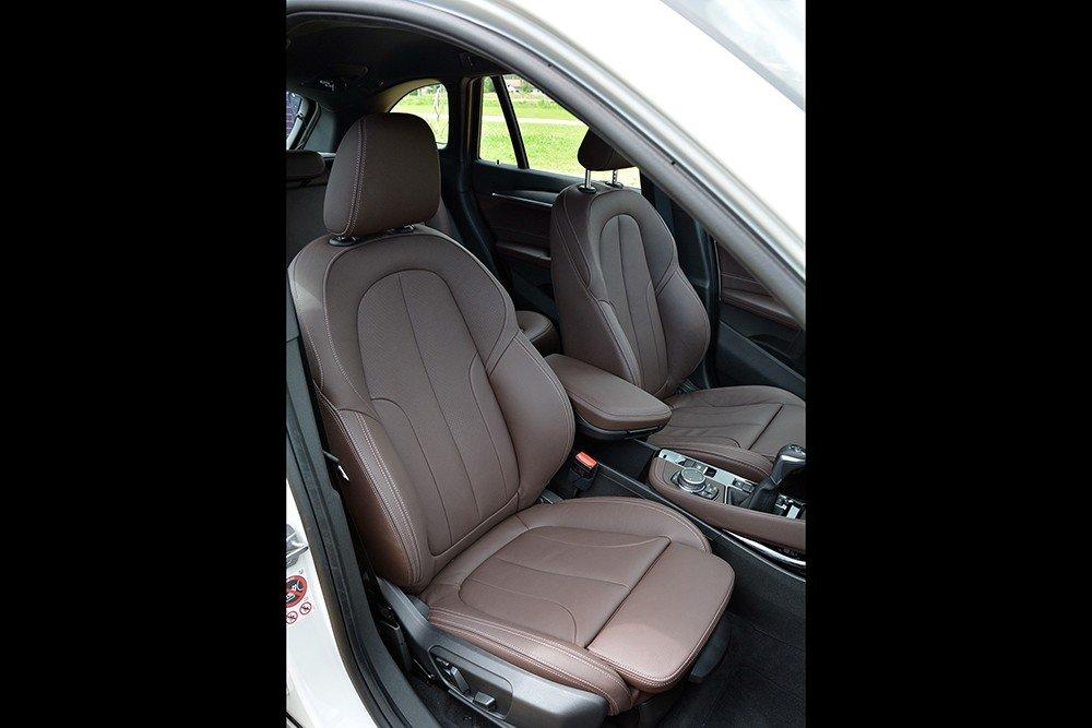 Đánh giá xe BMW X1 2016 có hàng ghế trước thiết kế ôm lấy lưng.