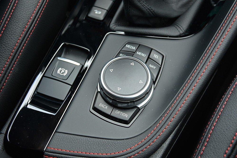 Đánh giá xe BMW X1 2016 có núm xoay điều khiển giải trí thông minh.