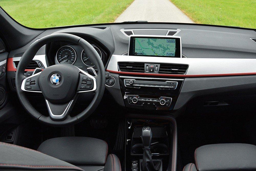 Đánh giá xe BMW X1 2016 có vô lăng 3 chấu thể thao.