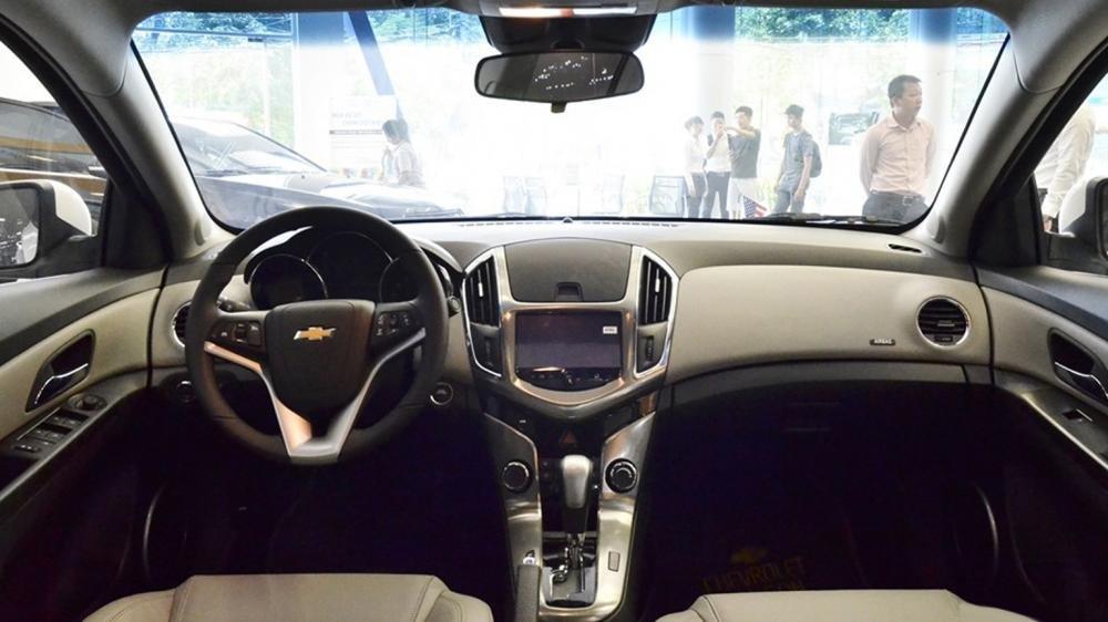 So sánh nội thất Chevrolet Cruze 2015 và Mazda 3 sedan.