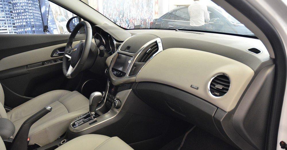 So sánh tiện nghi Chevrolet Cruze 2015 và Mazda 3 sedan.