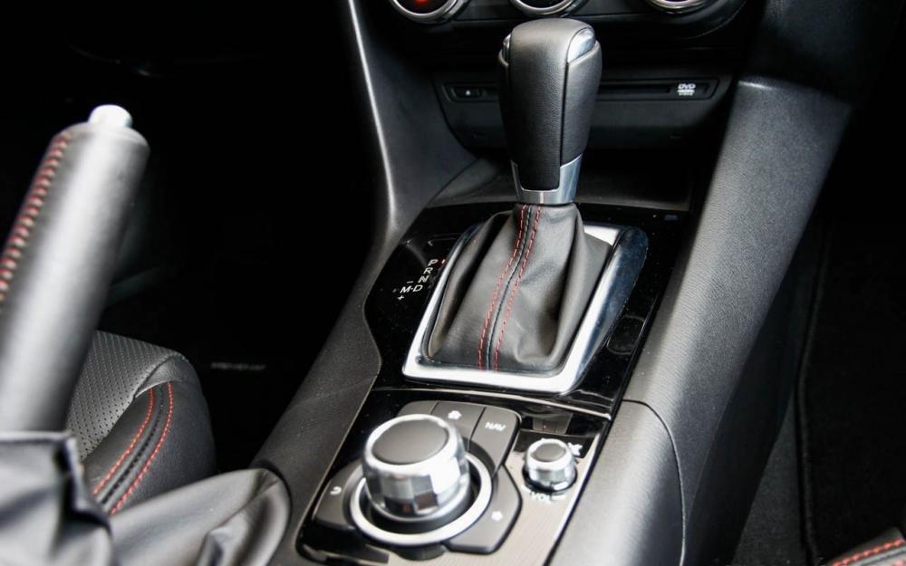 Mazda 3 sở hữu hệ thống Mazda Connect thú vị và hệ thống Start /Stop tiết kiệm nhiên liệu 3