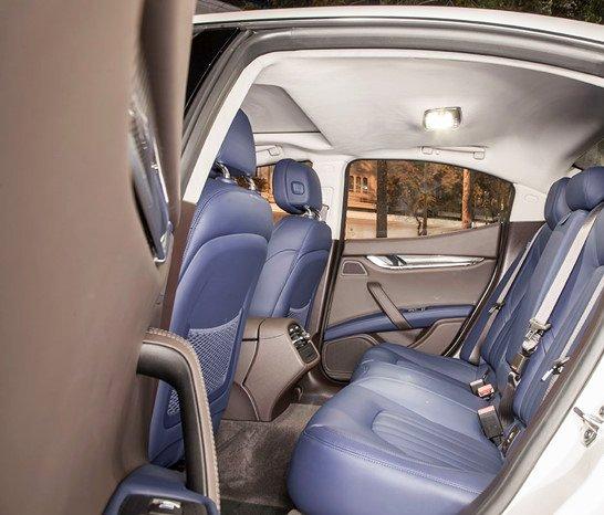 Đánh giá xe Maserati Ghibli S có điều hòa 2 vùng riêng biệt, hàng ghế sau rộng rãi.