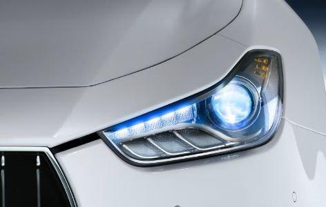 Đánh giá xe Maserati Ghibli S có đền pha LED màu trắng xanh rất đẹp.