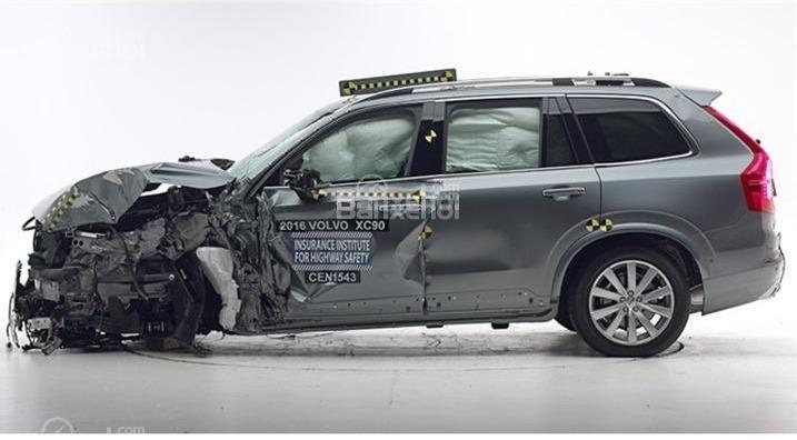 Đánh giá xe Volvo XC90 2016: Xe được trang bị nhiều tính năng an toàn.
