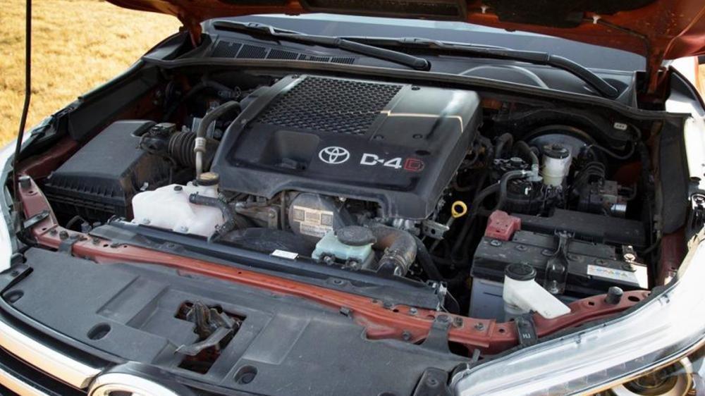 So sánh vận hành Toyota Hilux 2016 và Mazda BT-50 2016.