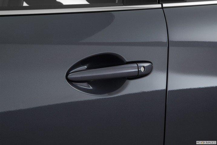 Đánh giá xe Mazda 6 2016 có tay nắm cửa sơn đồng mầu với thân xe.