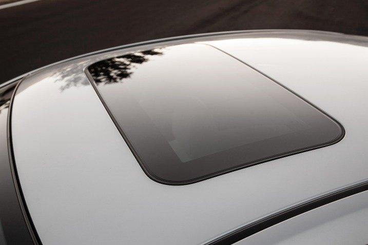 Đánh giá xe Mazda 6 2017 có cửa sổ trời chỉnh điện bản rộng.