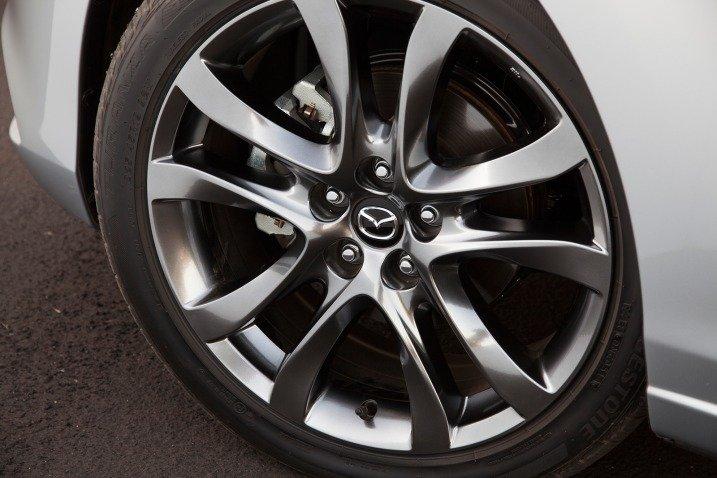 Đánh giá xe Mazda 6 2016 có la zăng 5 chấu kép phủ sơn ánh bạc cá tính.